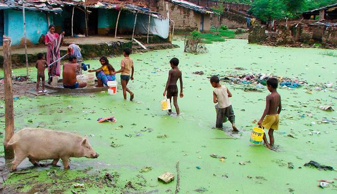 Warga India yang harus menikmati air dari kawasan kumuh