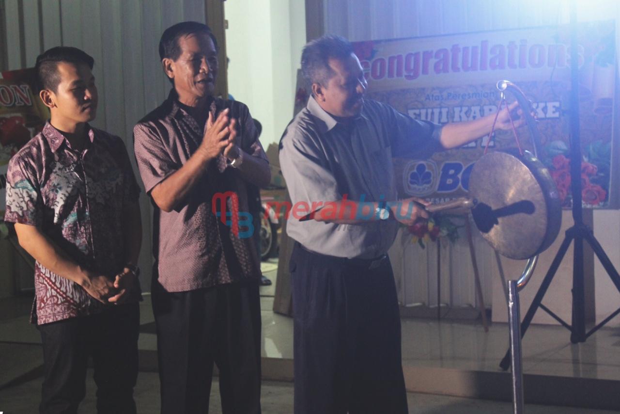 Pemukulan Gong oleh Kepala Disbudparpora Tarakan, Hamid Amren sebagai tanda dibukanya Tempat Hiburan Karaoke Keluarga - MR FUJI Karaoke and Cafe