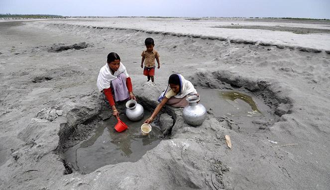 penduduk Guwahati India mengumpulkan air