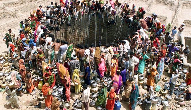 Banyaknya warga India yang mengantri air.