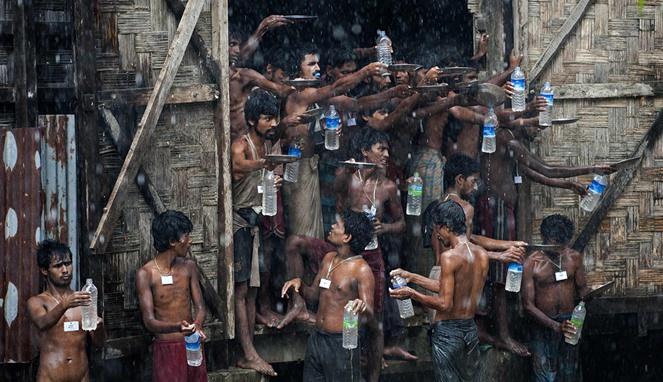pengungsi Rohingya mengumpulkan air hujan untuk minum