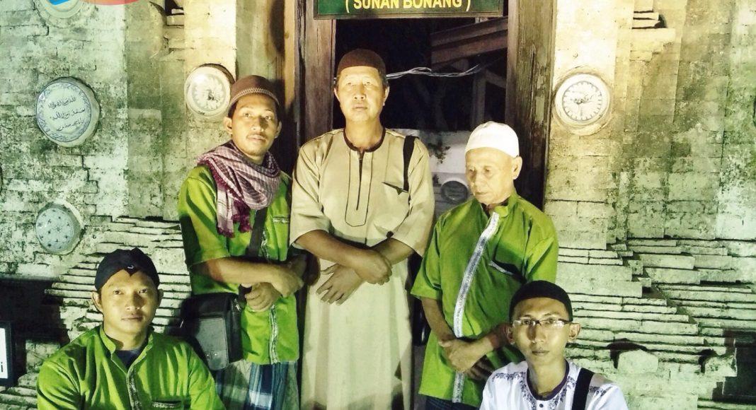 Peserta tour saat berziarah di makam Sunan Bonang