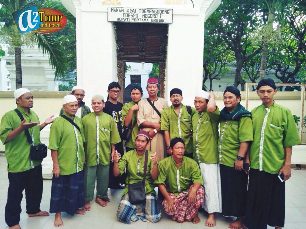 Peserta tour saat berziarah di makam Sunan Giri di Gresik
