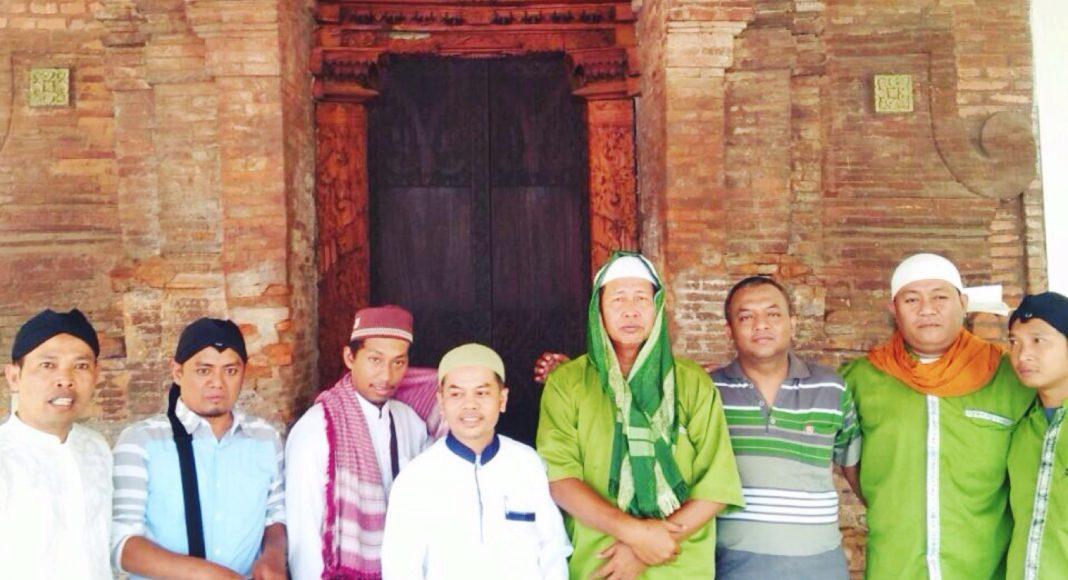 Peserta tour saat berziarah di makam Sunan Kalijaga