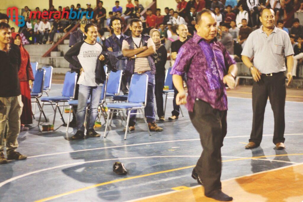 Wakil Walikota Khaerudin Arief saat menendang bola tanda dimulainya TSC Cup III