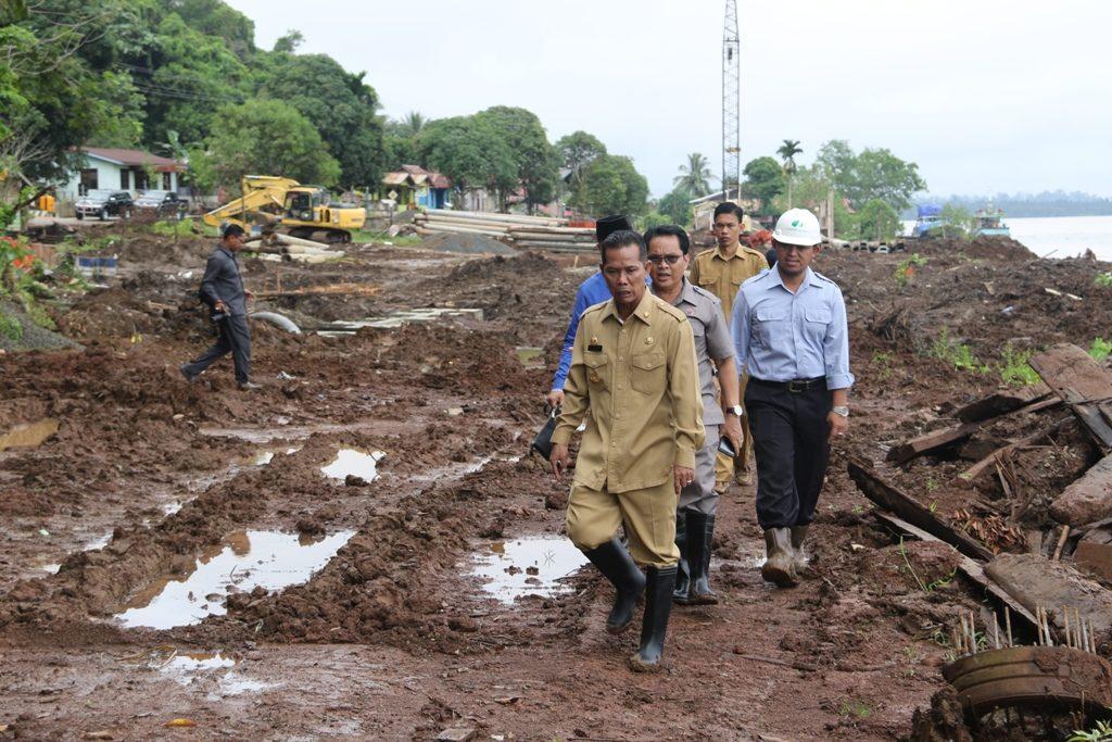 Bupati KTT DR Undunsyah saat memantau pembangunan sheet pile di Desa Sedulun